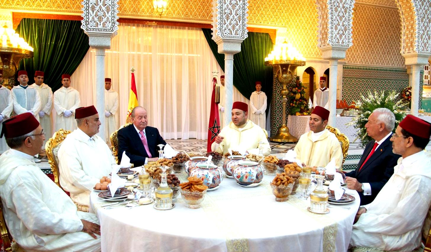 King Mohammed VI (center) and his brother Prince Moulay Rachid (next right) receive King Juan Carlos at the Royal Palace for an official dinner, joined by Morocco's Head of Government Abdelilah Benkirane and other officials,  during the Spanish sovereign's state visit to Morocco. Photo: Getty